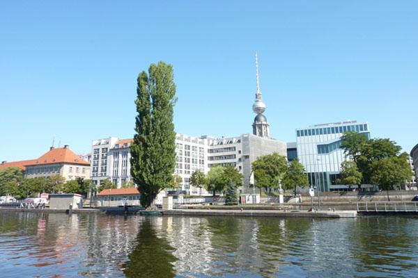 Alexanderturm in Berlin vom Wasser aus