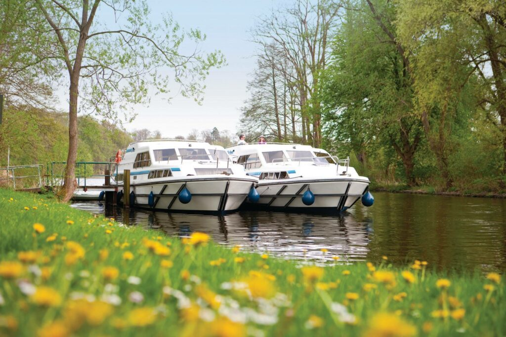 Mecklenburg Hausboote am Ufer