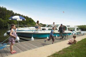 Anleger in der Bretagne Nicols Boot am Ufer