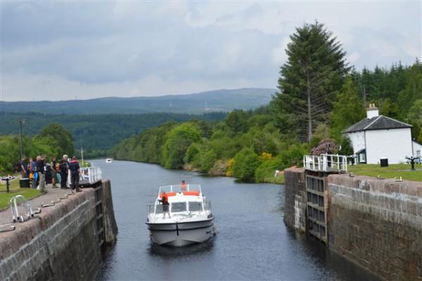 In der Schleuse Schottland mit dem Boot