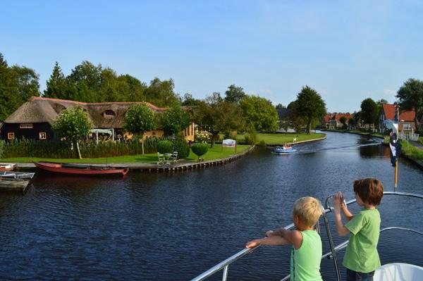 Kinder auf Hausboot in Friesland