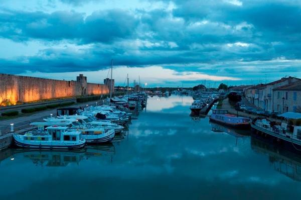 Aigues Mortes Stadtmauer Hausboote im Hafen