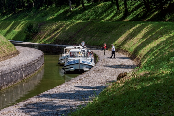 Hausboote im Burgund am Kanal