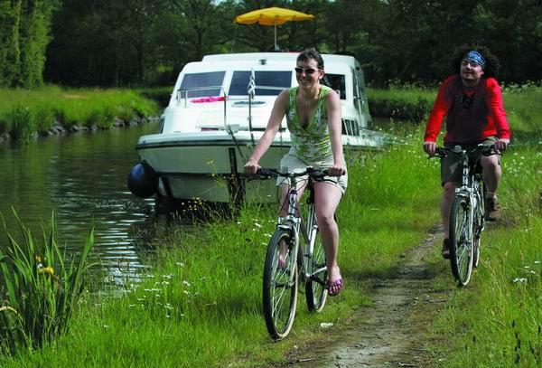 Hausbootfahrt am Kanal und Fahrräder
