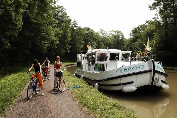 Penichette am Ufer und Fahrräder