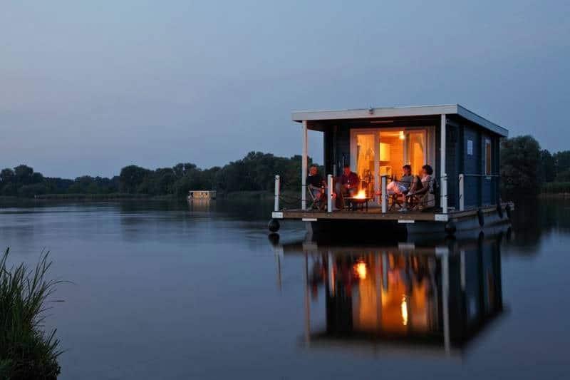 am Abend Hausboot Bunbo